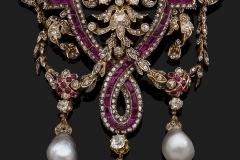 Broche Draperie - Perles - Adjugé : 45.000€